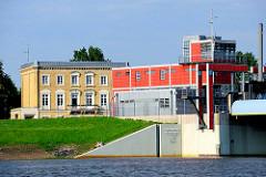 Industriearchitektur - Sperrwerk Billwerder Bucht, Norderelbe - historisches Gebäude in Hamburg Rothenburgsort.