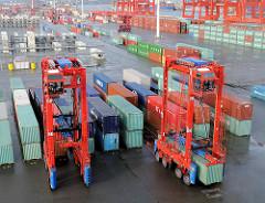 Containercarrier / Portalstapelwagen auf dem Containerlager des Container Terminals EUROGATE  im Hamburger Hafen.