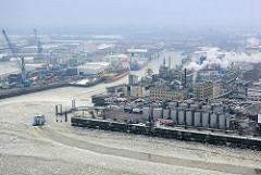 Luftaufnahme - Eisgang auf der Elbe, Blick auf den Steinwerder Hafen im Hamburger Stadtteil Steinwerder - Erdöltanks / Raffinerie.