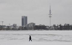 Winter in Hamburg - Alsterufer im Stadtteil Hohenfelde - Spaziergänger an der zugefrorenen Alster.