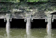 Ebbe im Hamburger Hafen - Kaimauer bei Niedrigwasser; die Anlage ist auf Eichenpfählen gegründet.