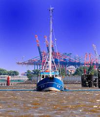 Fischerboot auf der Elbe vor Hamburg Finkenwerder - Containerkräne vom Container Terminal Burchardkai.