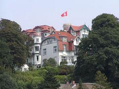 Süllberg im Stadtteil Blankennese - Hamburg Fahne auf dem Turm - Wohnhäuser.