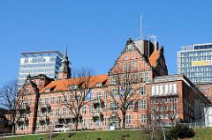 Historische Architektur in Hamburg St. Pauli - Navigationsschule am Hafenrand; erbaut 1905 - Architekt Albert Erbe.