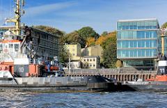 Hamburg Neumühlen; Schlepperstation - Bürogebäude / Perlenkette am Elbufer; moderne Architektur und historische Wohnhäuser - abrissbedroht - an der Elbtreppe.