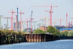 Baukräne in der entstehenden Hamburger Hafencity; Stadtteil im Bezirk Hamburg Mitte; Spundwand und Kaimauer im Oberhafenkanal. (2008)