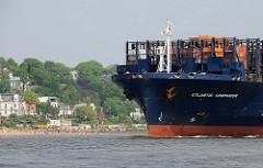 Bug des Containerfrachters ATLANTIC COMPANION auf der Elbe vor dem dicht besetzen Elbstrand der Strandperle.