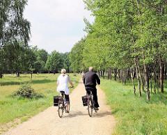 Fahrradtour durch Hamburgs Naherholungsgebiete - Fahrradfahrer_in im Naturzschutzgebiet Boberger Niederung.