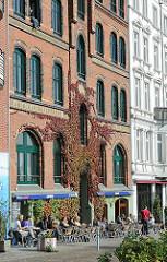 Architektur am Hafenrand - Wohn und Gewerbehäuser in der St. Pauli Hafenstrasse; Strassencafe in der Sonne.