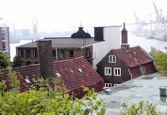 Dächer historscher Gebäude, Große Elbstrasse - Hamburg Altona Altstadt - im Hintergrund Containerkräne am Tollerort Terminal (2003)