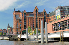 Magdeburger Hafen in der Hamburger Hafencity - Kaispeicher B, Maritimes Museum - Schiffsanleger.