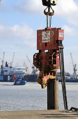 Erster Rammschlag Kreuzfahrtterminal Altona - Fährschiff im Eis auf der Elbe.