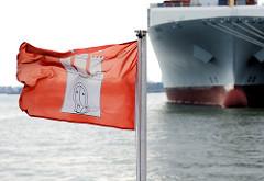 Hamburgflagge im Wind - Schiffsbug eines Frachters im Hamburger Hafen - Bilder aus der Freien und Hansestadt Hamburg.