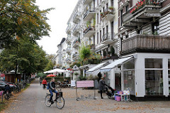 Wohnstrasse und Geschäftsstrasse im Bezirk Hamburg Nord - Stadttteil Hoheluft Ost - kleine Läden im Lehmweg.