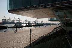 Bürohäuser am Elbrand - Blick auf die Elbe und den Hamburger Hafen - Schlepper vor Neumühlen - Fotos aus den Hamburg Stadtteilen - Bilder aus Hamburg Ottensen.