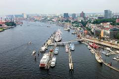 Blick von der Elbphilharmonie auf die Elbe bei Hamburg - Schiffe an der Überseebrücke, Barkassen und Fahrgastschiffe der Hamburger Hafenrundfahrt; Museumsschiff Cap San Diego.