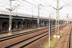 Bahnstrecke am Oberhafenkanal - Güterzuggleise; historische Pfeiler-Bahnanlage an der Versmannstrasse. (2007)