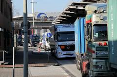 Schlange von LKW am Hauptzollamt Waltershof - Zollgrenze zum Hamburger Freihafen.
