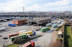 Zollgrenze zum Hamburger Freihafen - Zollamt Hamburg Waltershof - Lastwagen mit Containern passieren die Zollgrenze.