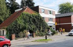 Mit Efeu zugewachsene Häuserfront - Frohmestrasse Hamburg Schnelsen.