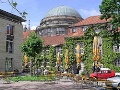 Die Universität hat ca. 39 000 Studenten; die Uni wurde 1919 gegründet - im Hintergrund die Kuppel des Vorlesungsgebäude - gestiftet von Edmund Siemers.