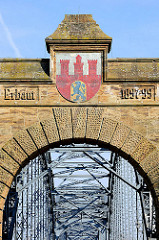 Alte Harburger Elbbrücke  - Wappen von Harburg; erbaut 1897 - 1899, 474 m lang / Stahlbogenbrücke über die Süderelbe.
