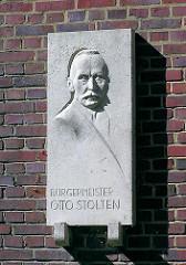 Relief mit Portrait vom Bürgermeister Otto Stolten - SPD Politiker im Hamburger Senat.