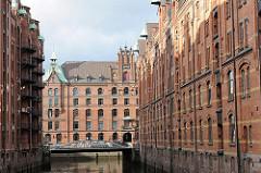 Bilder aus dem Hamburger Stadtteil HAFENCITY - Speichergebäude der historischen Speicherstadt; Blick aus dem Wandrahmsfleet auf die Kannengiesserortbrücke und den Speicherblock H am Kleinen Fleet.