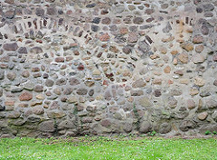 Feldsteinmauer der historischen, denkmalgeschützten Kirche in Hamburg Sinstorf.