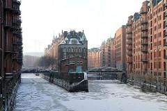 Die Hamburger Speicherstadt - im Winter - Fleet in der Hafencity - Eis auf dem Kanal der Speicherstadt.