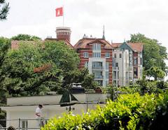 Gebäude mit Hamburg Fahne auf der Spitze des Süllbergs von Hamburg Blankenese.