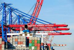 Container auf dem Schiffsdeck unter den Containerbrücken Container Terminal Tollerort. Fotos aus dem Hafen Hamburgs.