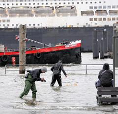 Fotoaction bei Hochwasser am Altonaer Fischmarkt - Bilder von einer Sturmflut in Hamburg.