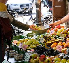 Hamburger Wochenmärkte - Wochenmarkt auf dem Ottensener Spritzenplatz. Frucht und Gemüse, Weintrauben in der Waagschale.
