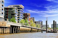 Blick in den Grasbrookhafen - Wassertreppe zum Anleger Elbphilharmonie - moderne Architektur in der Hamburger Hafencity.