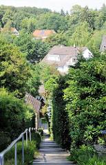 Wohnhäuser im hügeligen Eißendorf am Rand der Harburger Berge - Treppe mit Geländer.