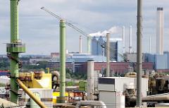 Blick über die Schornsteine und Industrieanlagen von Hamburg Veddel - im Hintergrund das Heizkraftwerk von Hamburg Tiefstack.