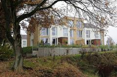 Moderne Wohnbebauung an dem Flüsschen Saselbek.