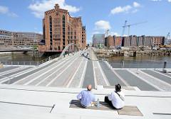 Blick über die Busanbrücke (ehem. Magdeburger Brücke) und dem Magdeburger Hafen Richtung Internationales Maritimes Museum Hamburg.