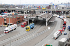 Zollstation Waltershof -  Autobahn A7 - wartende Lastkraftwagen LKW. Fotos aus dem Hafen Hamburgs.