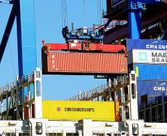Entladung eines Container von Bord des Containerriesens CMA CGM Christophe Colomb im Hamburger Hafen - Terminal Burchardkai.