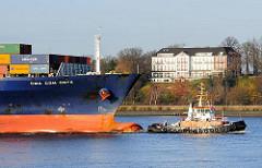Bug des Containervessel CMA CGM ONYX mit dem Schlepper BUGSIER 18 vor Hamburg Othmarschen auf der Elbe in Fahrt Richtung Hamburger Hafen.