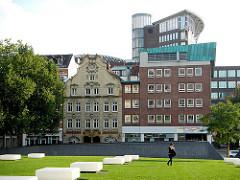 Grünanlage DOMPLATZ in Hamburg Altstadt - im Hintergrund historische und moderne Architektur am Schopenstehl.