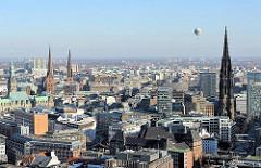 Blick auf die Hamburger Altstadt mit Rathaus, Nikolaikirche, St. Petrikriche und St. Jacobikirche.