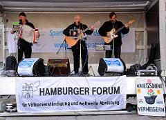 Abschlusskundgebung des Hamburger Ostermarsches auf dem Carl von Ossietzky Platz in Hamburg St. Georg - Hamburger Forum für Völkerverständigung und weltweite Abrüstung; Auftritt der Gruppe Gutzeit.