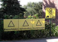 Protestschilder gegen Verkehrslärm, Erschütterungen und Bauschäden - Hauptstrasse Hamburg Finkenwerder.