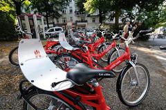 Rote Fahrräder der Hamburger StadtRAD - Call a Bike am Winterhuder Goldbekplatz.