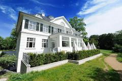 Restaurierte Heine Villa im Heine-Park mit Blick auf die Elbe bei Hamburg Ottensen.