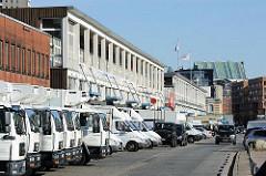 Lastwagen der ansässigen Fischbetriebe - Fischhallen und Kühlgebäude, Lagerhallen in der Großen Elbstraße Hamburg Altonas.