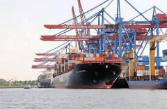 Blick auf den Ballinkai des Altenwerder Containerterminals im Hamburger Hafen - im Hintergrund die Leuchtfeuer am Kattwyk.